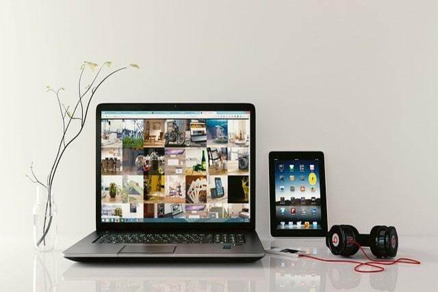 パソコンとタブレットとダンベル