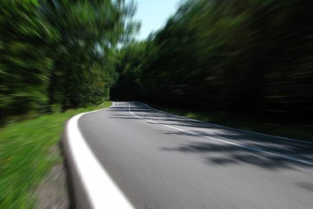 道路を颯爽と走るイメージ
