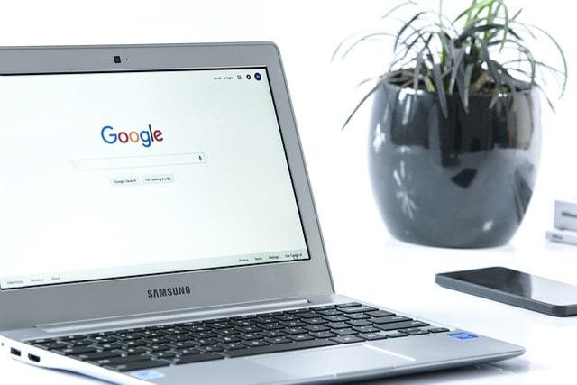 Googleの検索エンジンが表示されたPC
