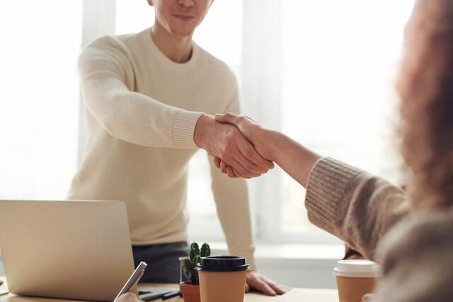 人が握手をしている